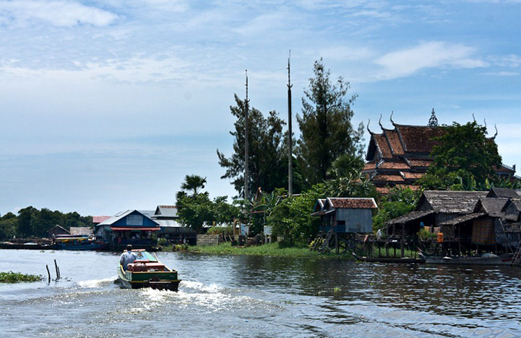 Phương tiện di chuyển ở Kampong Phluk - Campuchia chủ yếu ở làng nổi là những chiếc ghe, thuyền và ca nô.