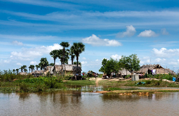 Mùa khô, nước rút khiến nhiều ngôi nhà xây ở phần đất cao trở nên bình thường như bao ngôi nhà khác ở Kampong Phluk - Campuchia