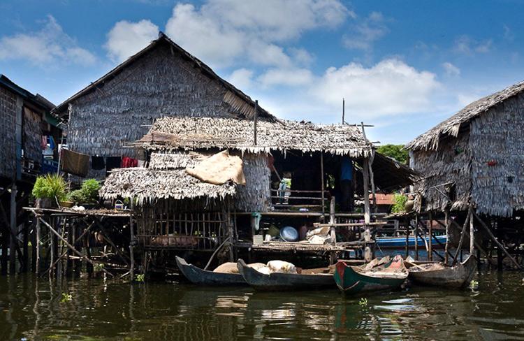 Mùa mưa, nước lên, những ngôi nhà của người dân Kompong Phluk nổi hẳn trên sông